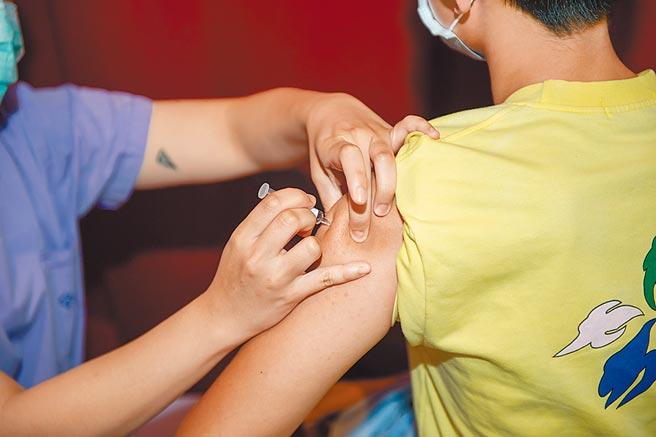 宜蘭學童施打流感疫苗。(宜縣府提供/胡健森宜蘭傳真)