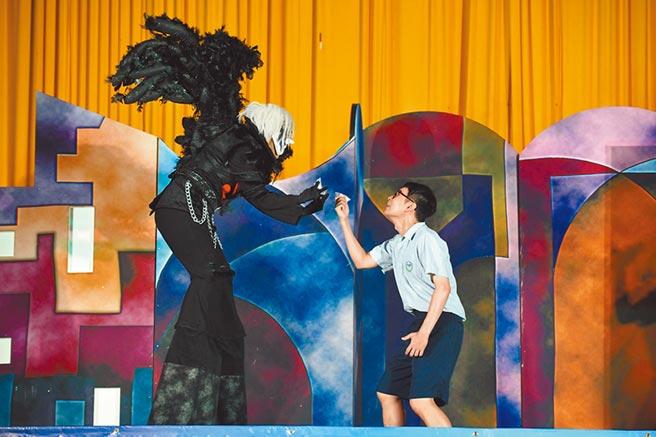 紙風車青少年反毒戲劇工程,用戲劇方式與學生互動,引起共鳴。(紙風車提供)