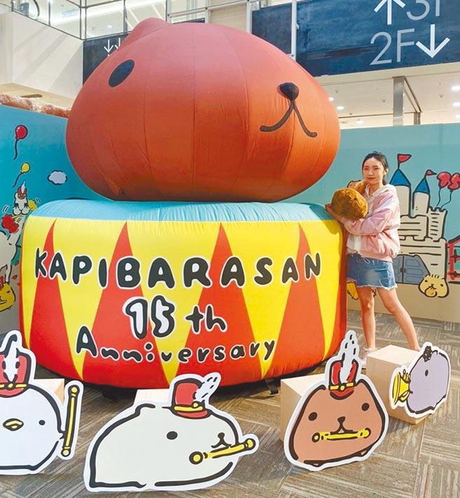Global Mall今年周年慶特別與同是15周年的水豚君合作,於新北中和店在11月1日前推出15周年特展,還有獨家來店禮、人形燒甜點,以及人偶見面會等活動。(Global Mall提供)
