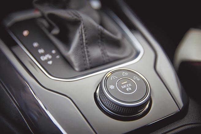 VW T-Roc 330 TSI擁有4 MOTION Active Control主動式智慧型四輪驅動系統,能於過彎時給予更穩定的駕馭安心感。(台灣福斯提供)