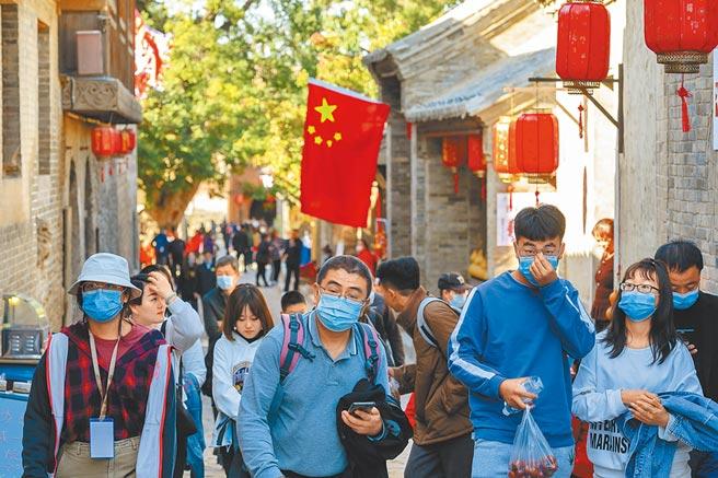 10月4日,遊客利用黃金周假期在山西省介休市張壁古堡遊玩。(中新社)