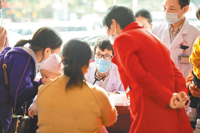 9月25日,湖南省兒童醫院醫生義診為新生兒檢查是否有先天性心臟病。(新華社資料照片)
