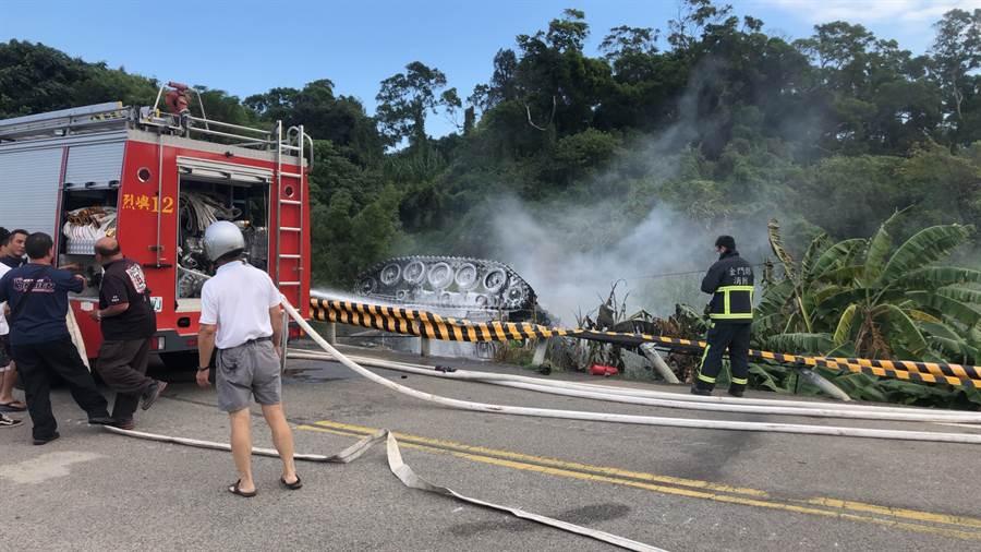 金防部演訓重大意外,戰車翻覆邊坡起火士官兵1死1重傷。(民眾提供/林金池傳真)