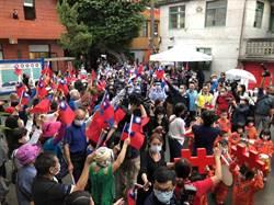 侯市長參加眷村文化節 民眾舉國旗夾道歡迎