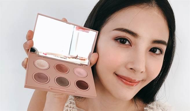 MODEL示範芭蕾六色眼彩盤妝容。(圖/品牌提供)