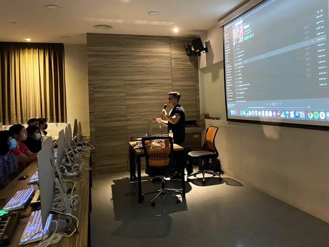 龍華科大數位內容中心邀請方昊宇開設數位音樂課程,培養學子跨領域專長。(龍華科大提供/李侑珊台北傳真)