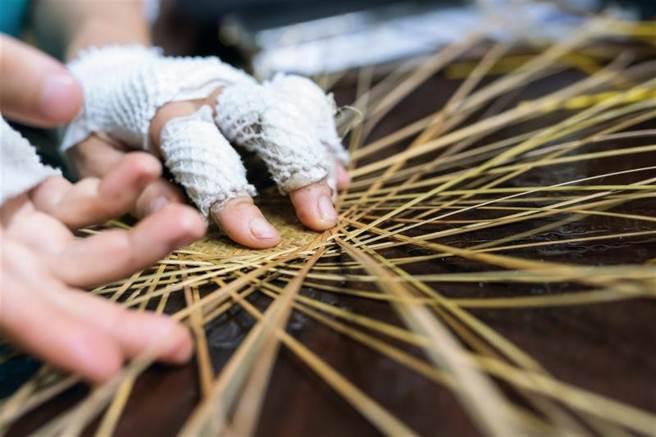 輕盈柔韌的竹篾交錯編織,實用外兼具樸實親民的美感。 (圖/林旻萱)