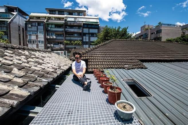 可以腳踩泥土,屋頂觀星,在寸土寸金的台北擁有一片天空,邱柏文在實驗和一起老屋生活的可能性。(圖/莊坤儒)