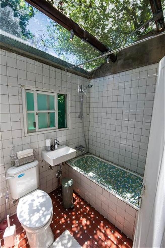 保留自然光影的古早味澡缸,是把新、舊與創意結合,讓原本的東西「亮出來」,這才是設計的重點。(圖/莊坤儒)