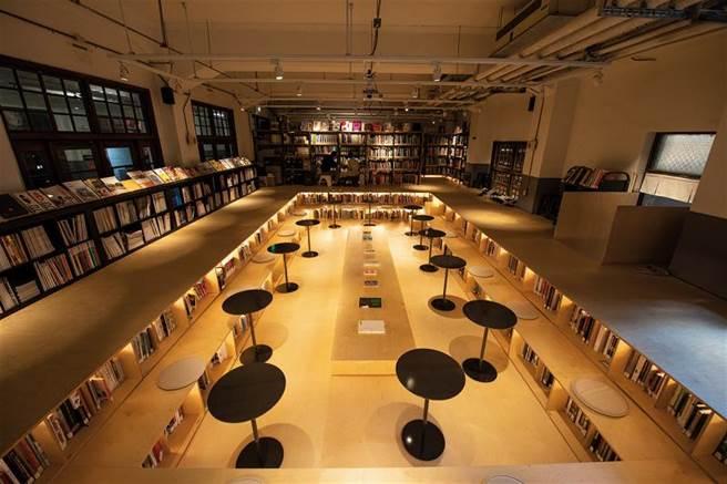 「不只是圖書館」用下凹的書池,呼應原本空間澡堂「泡澡」的語彙,創造被書環繞的情境。(圖/莊坤儒)