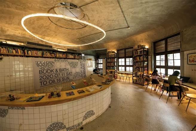 澡堂區原貌保存,但被活用成策展、閱讀、講座等空間,實現邱柏文所想,把傳統的再搭上一點新創意,產生新的故事。(圖/莊坤儒)