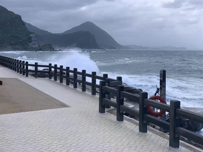 丁女在鼻頭角服務區步道一帶觀浪,不慎遭兩層樓高的巨浪捲入大海。(基隆市消防局提供/陳彩玲基隆傳真)