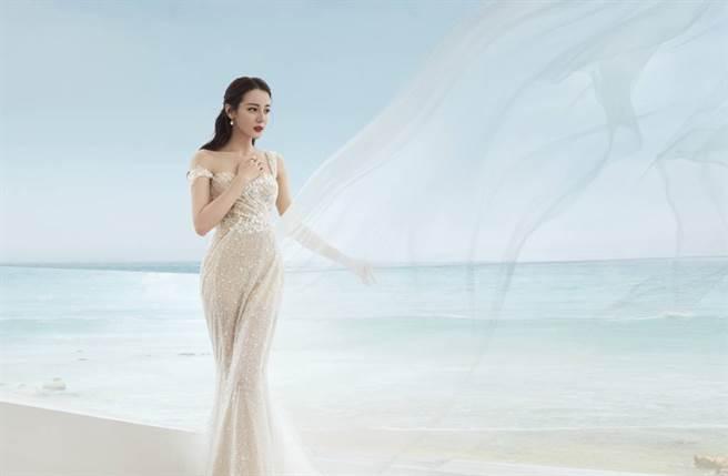 迪麗熱巴透視薄紗裙秀好身材。(取自迪麗熱巴工作室微博)