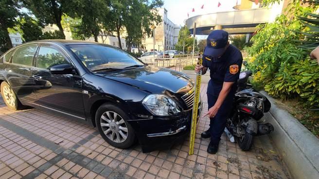 金門今天發生深夜酒駕追撞清潔隊員事故,警方扣留肇事車輛深入調查。(李金生攝)