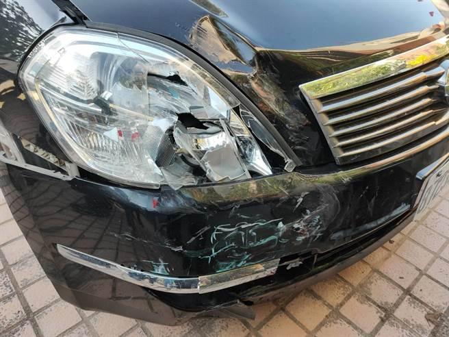 肇事的賴男自小客車,車頭嚴重受損。(李金生攝)