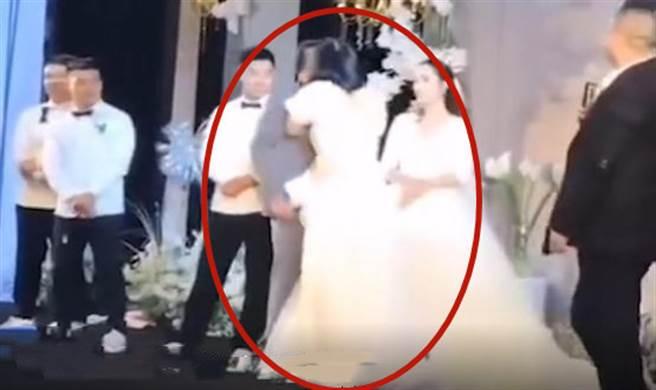 伴娘婚禮中無預警強吻新郎,影片流出引起軒然大波,新娘也被迫出面說出伴娘與新郎的關係。(圖/翻攝自微博)