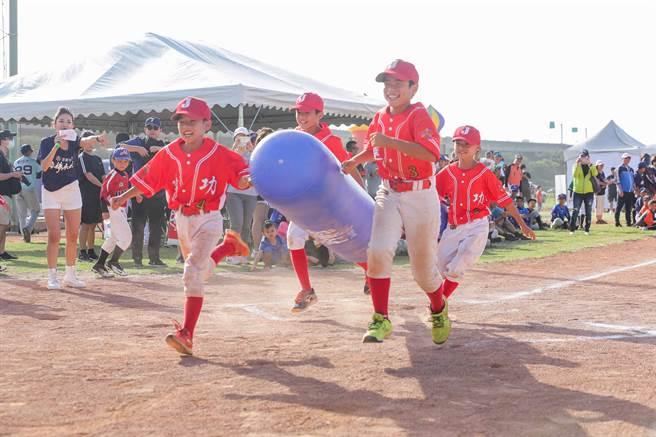 小球員參加「棒球嘉年華」活動,體驗玩棒球的樂趣。(頂新和德文教基金會提供/廖德修台北傳真)