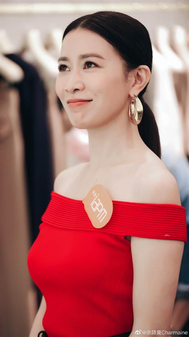 45岁女星畲诗曼身穿一套亮红色小洋装出席公开活动。(图/摘自微博@畲诗曼Charmaine)