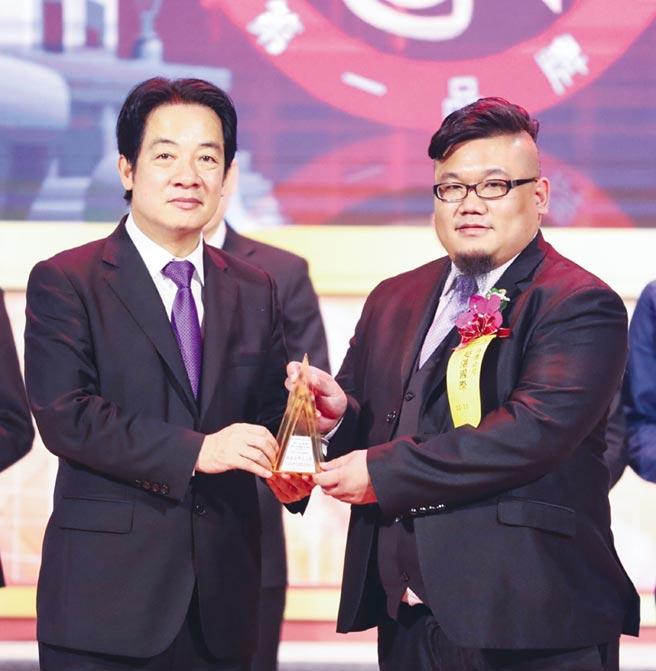 隸屬康林集團的超湛生技三度榮獲國家品牌玉山獎,由該公司營運總監林劍鑫(右)代表,自副總統賴清德(左)手中接獲獎座。圖/超湛生技提供