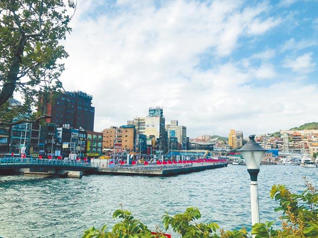 基隆市政府為推動市港再生,以港、城、丘的理念規畫延伸海洋廣場,在旭川河口打造親水平台。(吳康瑋攝)