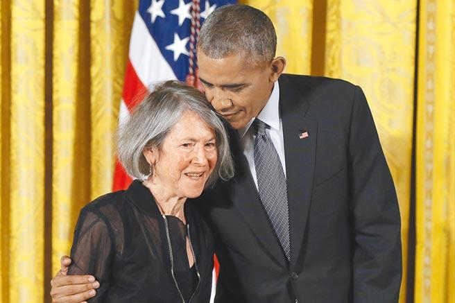 葛綠珂詩作不斷與自己對話,也道盡大眾的心聲。圖為2015年獲美國國家人文獎章時,與總統歐巴馬合影。(美聯社)