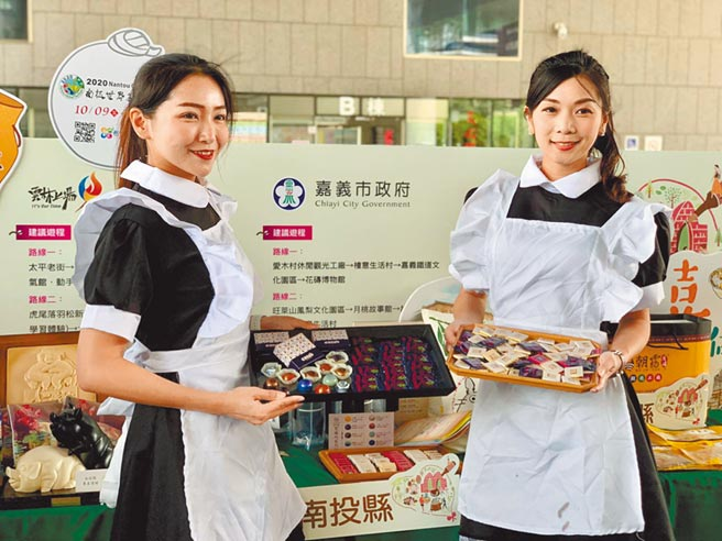 模特兒於「走讀中台灣,體驗心魅力」活動記者會,展售南投縣特色農產品。(台中市政府提供/陳世宗台中傳真)