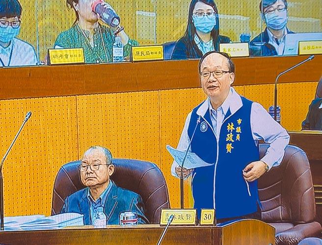國民黨團總召林政賢8日譴責言語暴力,要求坐在身旁的大園區議員游吾和道歉,游面色凝重。(蔡依珍攝)
