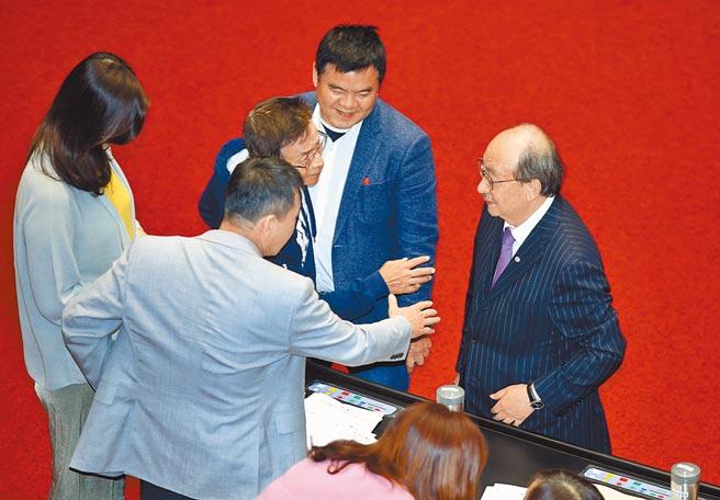 10月6日,藍綠立法院黨團在議場內協商後,院會通過「台美復交」決議並促美軍協防台灣。(本報系資料照片)