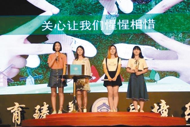 大連理工大學4名推免生回校與學弟妹分享經驗。(取自中國青年網)