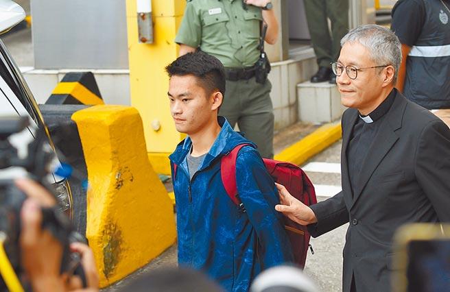 陳同佳(左)來台投案問題近日引起爭議。圖為陳同佳2019年出獄時照片。(新華社資料照片)
