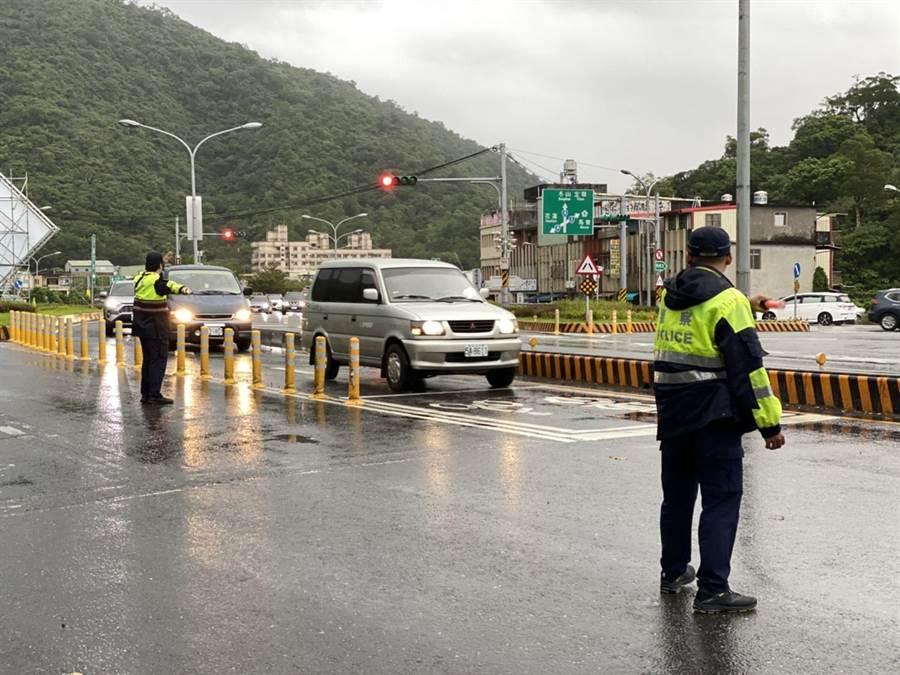 宜蘭縣警方早早動員大批警力,在容易阻塞的交通路口指揮引導車流。(宜蘭縣政府警察局提供/胡健森宜蘭傳真)