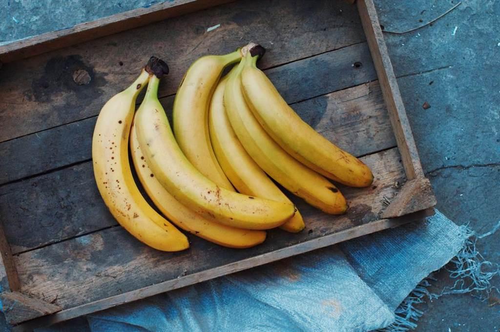 香蕉好吃卻保存不易,如果選擇平放,香蕉底部長時間受到上面的壓迫,容易起化學變化。(達志影像/shutterstock)