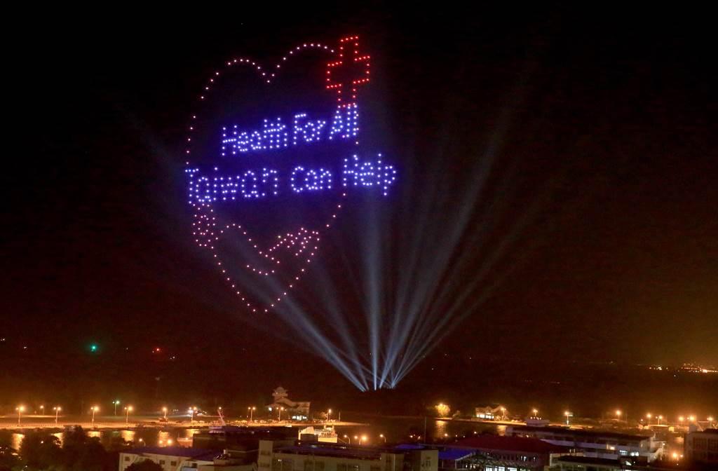 400架無人機今晚(10)於安平升空,民眾驚呼連連。(黃國峰攝)