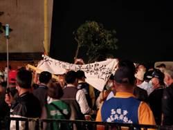 國慶焰火秀出現插曲 反南鐵東移民眾高舉布條抗議