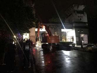 國慶日不平靜!怪手、小山貓強拆新店社區警衛亭
