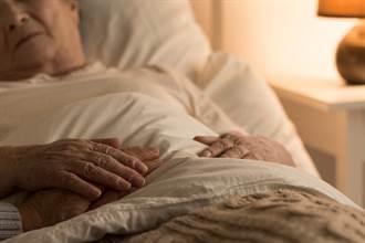 中風老母親臥床聽「謎之敲地聲」 眉頭一皺報警 神救回兒命