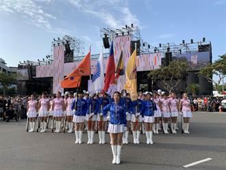 10校聯合儀隊為國慶焰火打頭陣 民眾搶合照