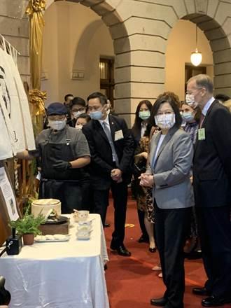 國慶酒會縮小辦理 蔡總統與駐台使節共搗客家擂茶