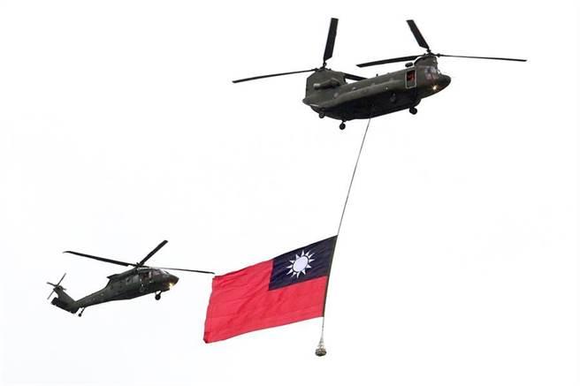 國慶大會今登場 巨幅國旗將通過總統府上空。圖為日前預演畫面(本報資料照)