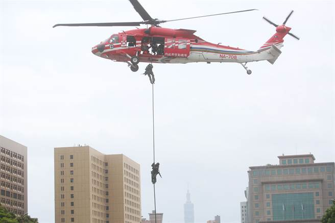 109年國慶大會10日登場,空勤總隊的UH-60M載運警政署特情隊員進行垂降,展現平時訓練成果。(張鎧乙攝)