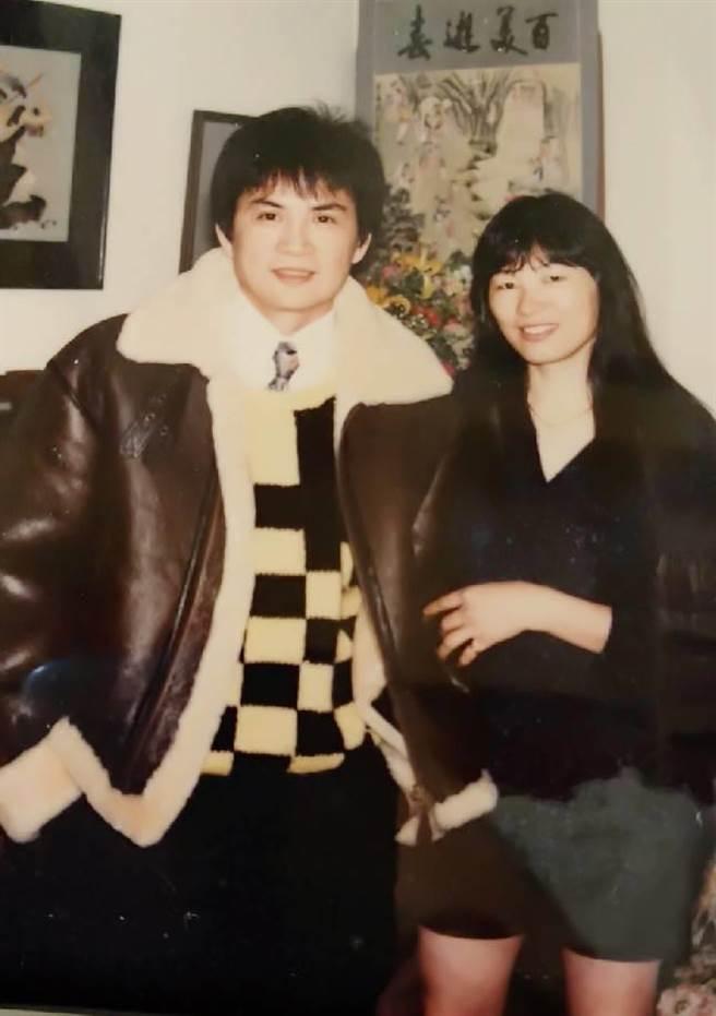 李小飞(左)年轻时与女友合照,女友已成为老婆,一路扶持至今。(李小飞提供)