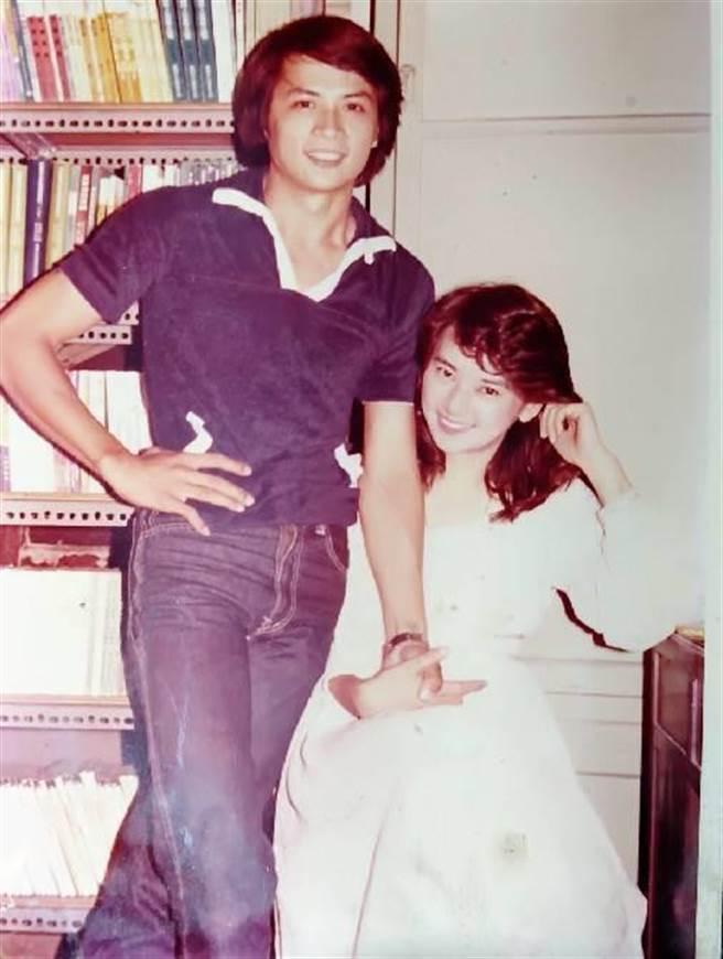 电影《热血》由李小飞和胡慧中主演,2人当年在镜头前互动亲密。(李小飞提供)