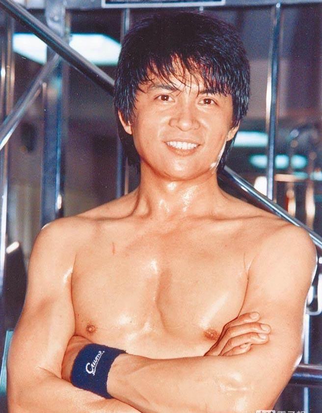 李小飛當年練出一身健美體格,帥氣外型在當年堪稱是師奶殺手。(資料照片)