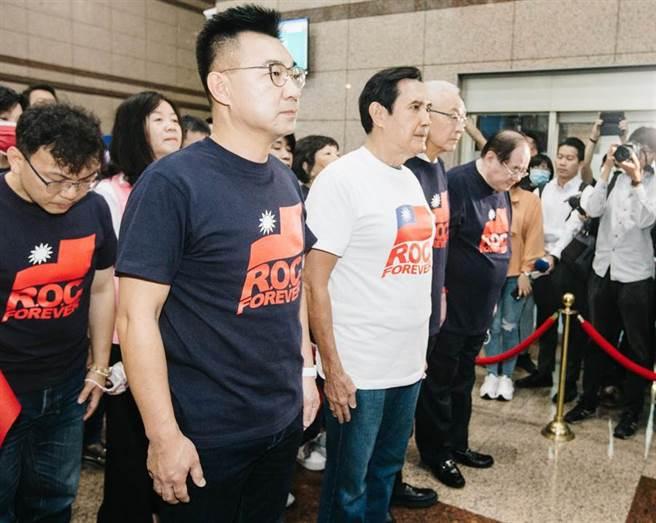前總統馬英九(前左二)、前副總統吳敦義(前左三)及現任黨主席江啟臣(前左一)等人皆出席參與,身穿新設計的「ROC.FOREVER」T恤,向一樓的總理孫中山銅像鞠躬致敬。(郭吉銓攝)