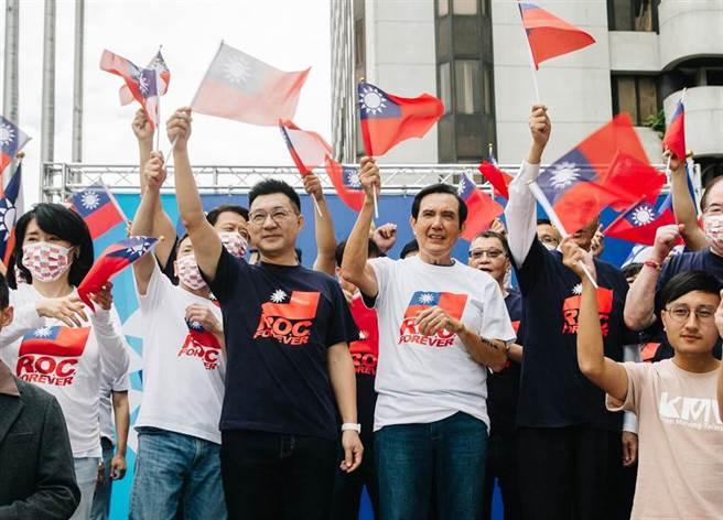 國民黨中央黨部10日舉行升旗典禮,前總統馬英九(中右)、現任黨主席江啟臣(中左)等人皆出席參與,身穿新設計的「ROC.FOREVER」T恤,與現場民眾共同慶祝中華民國生日。(郭吉銓攝)