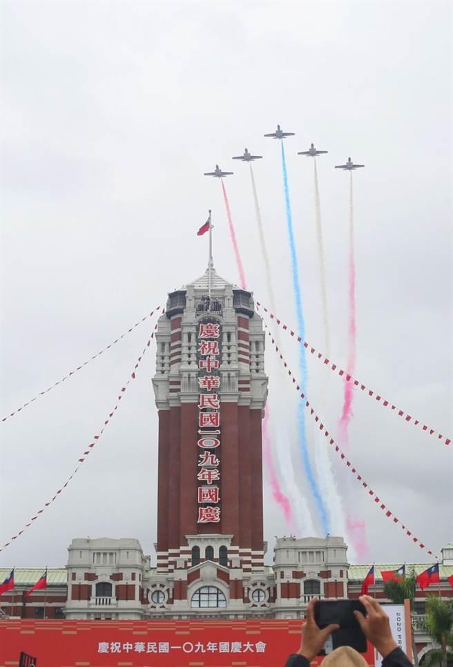 109年國慶大會10日舉行,由空軍F-16V , AT -3雷虎小組編隊壓軸衝場。(張鎧乙攝)