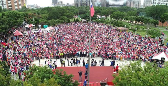林口社區運動公園萬人齊唱國歌,揮舞國旗。(林口區公所提供/李俊淇新北傳真)