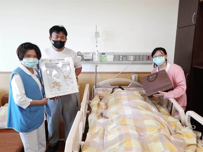 童綜合醫院第二位國慶寶寶誕生,媽媽張宜平和爸爸李忠育與護理同仁合照。(童綜合提供/陳淑娥台中傳真)