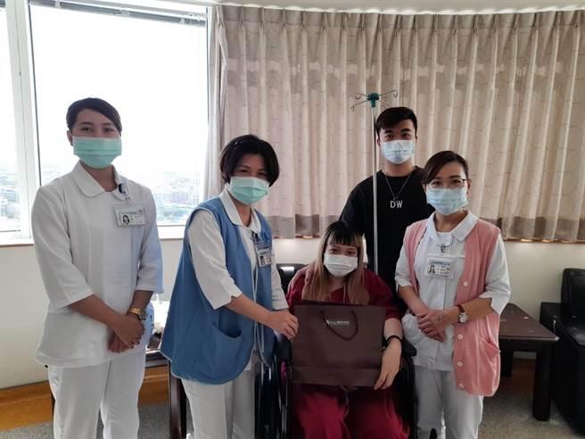 童綜合醫院第一位國慶寶寶誕生,媽媽楊舒媛和爸爸育正與護理同仁合照。(童綜合提供/陳淑娥台中傳真)