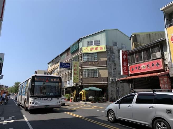國慶焰火秀今晚(10)在台南安平登場,今日上午已出現不少車潮。(李宜杰攝)